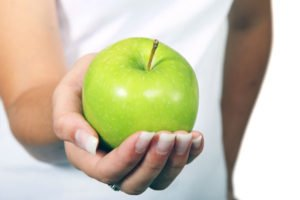 Nutrition-&-young-hockey-player-apple